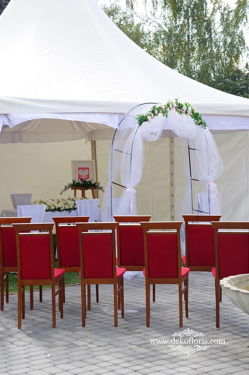 Dekoracja na ślub plenerowy Opole Czarnowąsy - czerwony dywan i białe kwiaty