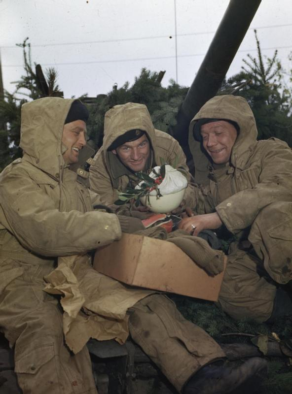 28 Vintage Photographs Of Troops Celebrating The Holidays