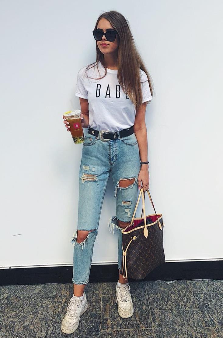 simple comfy outfit idea / sneakers + bag + rips + white printed top
