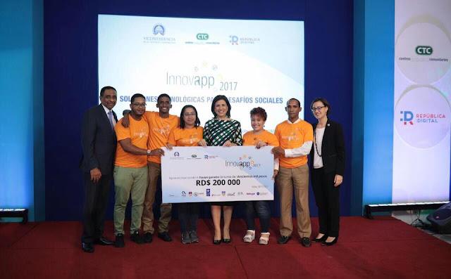 Vicepresidencia premia a estudiantes de UCATEBA por proyecto de innovación tecnológica