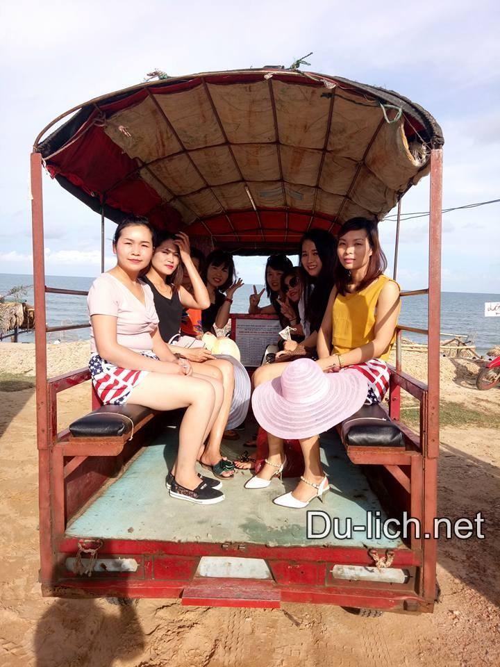 Đi lại bằng xe tuk tuk ở Quan Lạn Minh Châu
