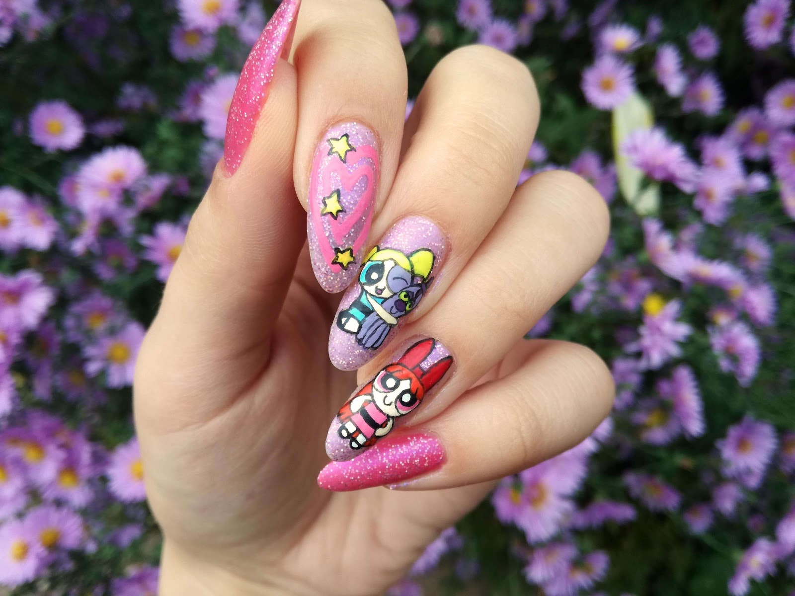 Atomówki na paznokciach