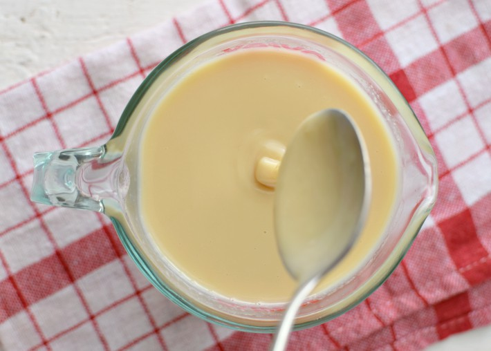 Sólo se requiere leche líquida y azúcar para hacer la leche condensada