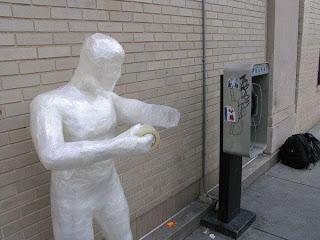Escultura con cinta adhesiva.
