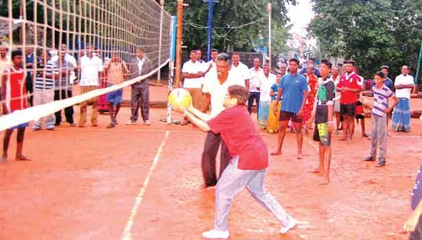 இளைஞர்களுடன் சேர்ந்து கைப்பந்து விளையாடிய கவர்னர் கிரண்பேடி