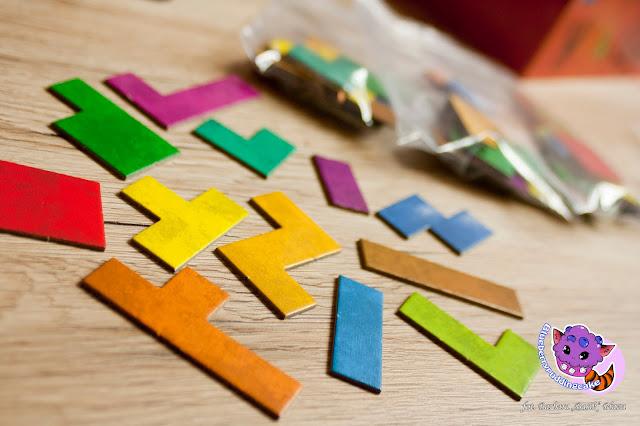 Gra planszowa Ubongo to głownie układanie klocków, tak aby zmieściły się w ramce na planszy.