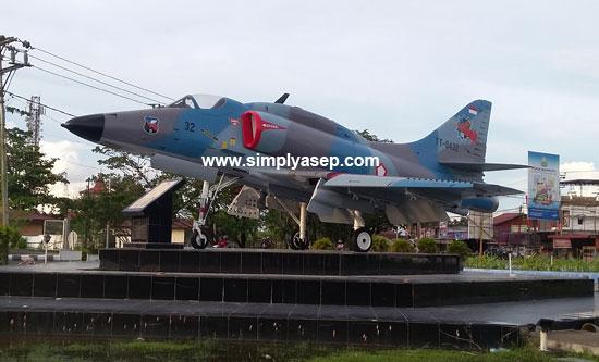 KEREN : Beginilah sosok tugu pesawat legendaris TNI AU Hawk yang sudah cicat kembali menjadi lebih indah dan terawat.  Foto Asep Haryono