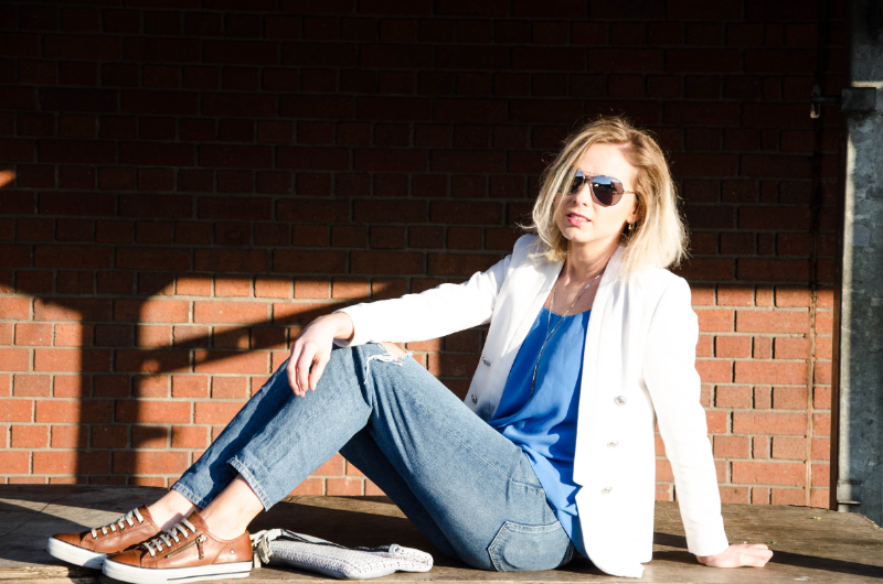 Outfit Post: Ripped jeans, white blazer, brown leather sneakers
