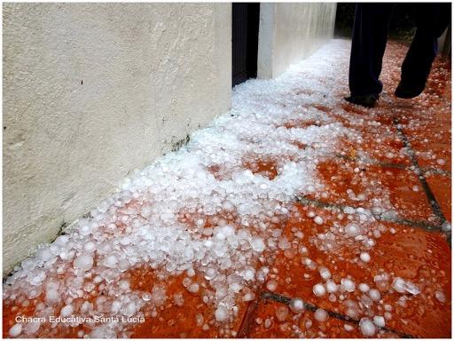 Granizo acumulado sobre el pavimento del patio - Chacra Educativa Santa Lucía
