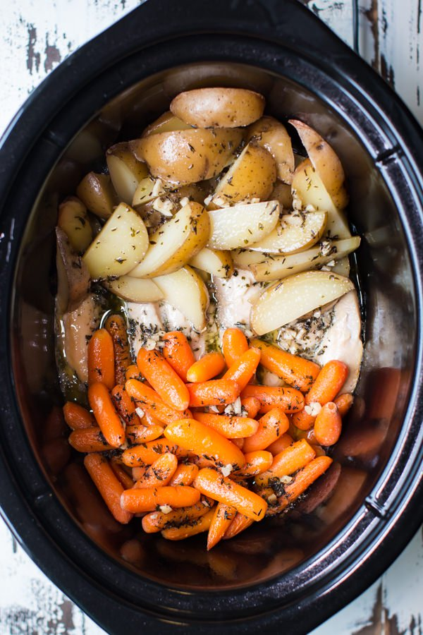 SLOW COOKER GARLIC BUTTER CHICKEN AND VEGGIES RECIPE