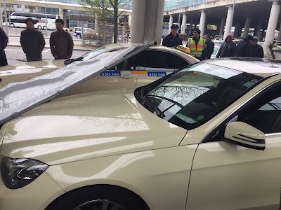 Taxi München Flughafen Sturmschaden Herwart Bauzaun auf Motorhaube