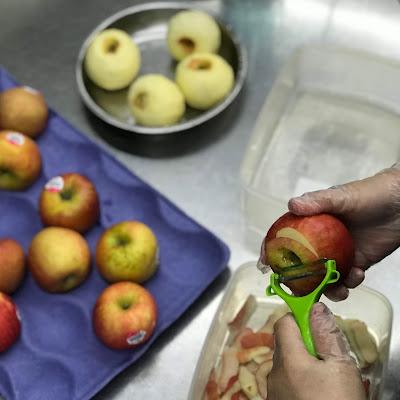 廚房銀髮媽媽使用新鮮蘋果製作白木耳飲
