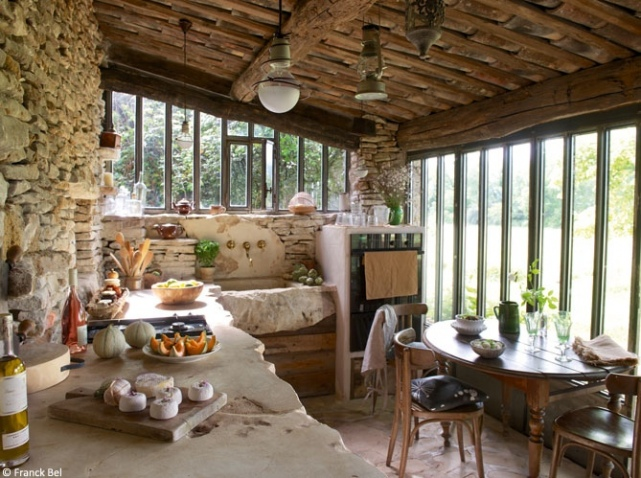 Lunch latte a rustic country house in the plateau des for Decoration porte patio