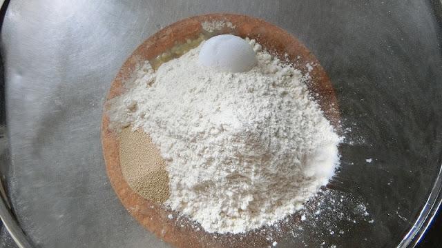 粉類をボウルに入れます。