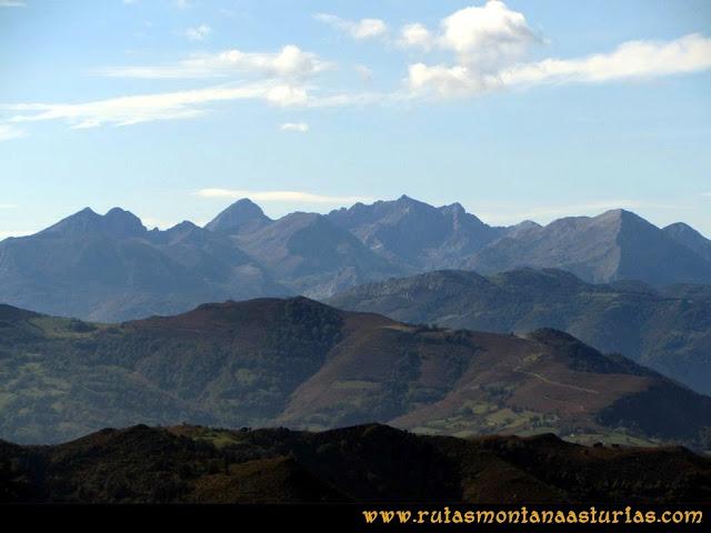 Ruta al San Justo o Cogollu: Vista de Ubiña desde el pico San Justo