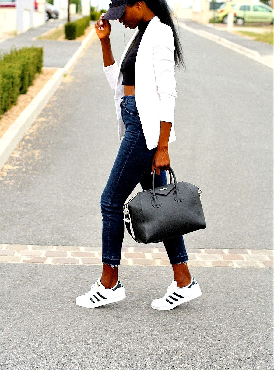 sac-givenchy-antigona-jeans-taille-haute-mom-jeans-adidas-superstar-blazer-blanc