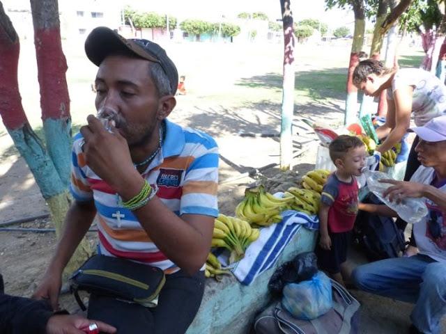 Venezolanos sobreviven en calles de Cúcuta con venta de mercancía