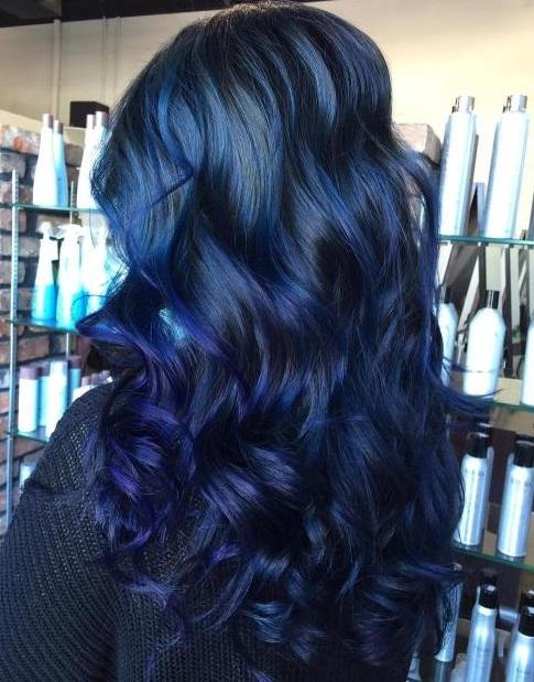 model rambut wanita panjang gelombng warna biru