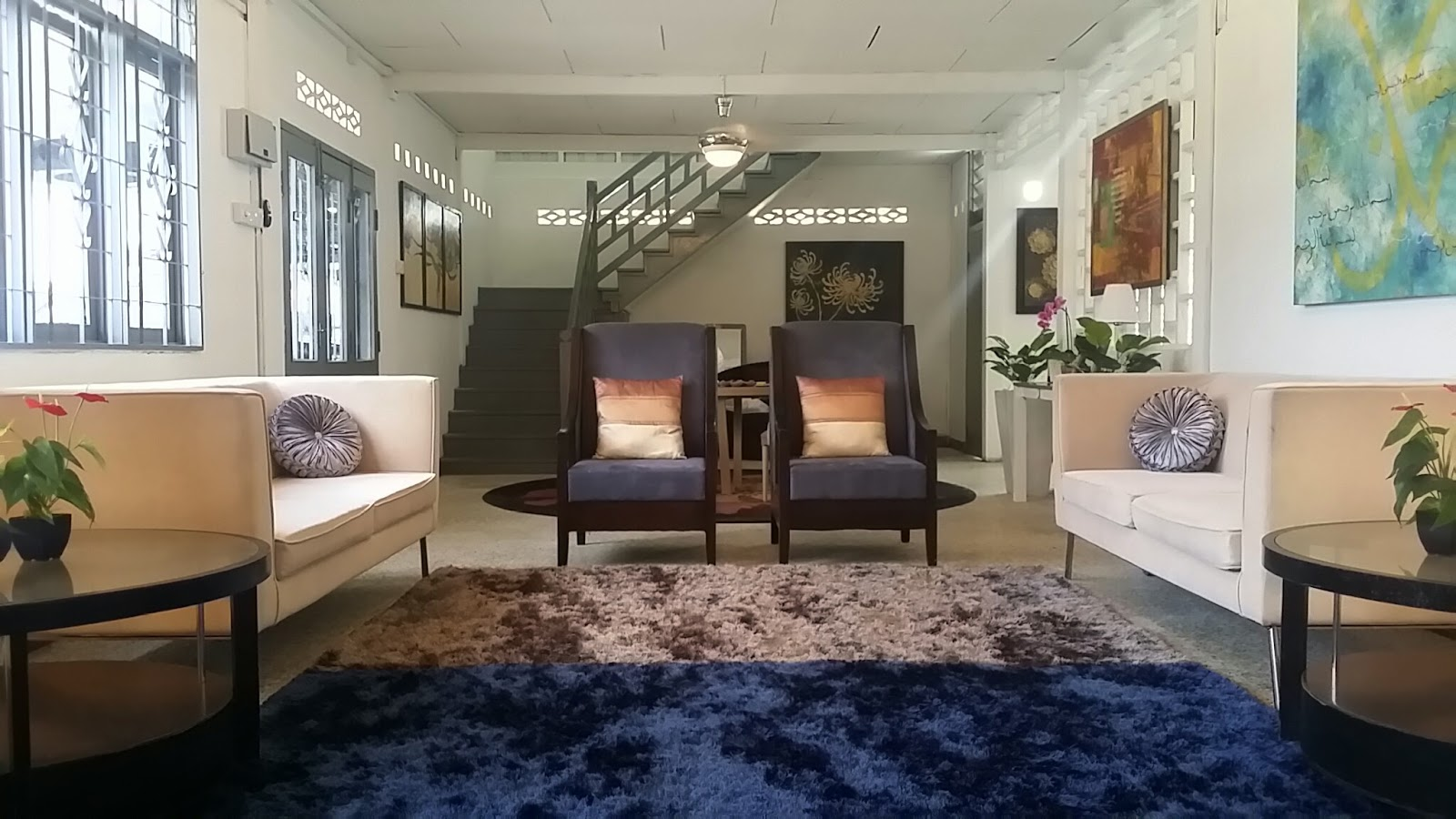 Pada Bahagian Tengah Seolah Foyer Penyambut Tetamu Disediakan Satu Set Meja Makan Empat Kerusi Jika Bertandang Yang Mahukan Lebih Keakhraban Dan Mungkin