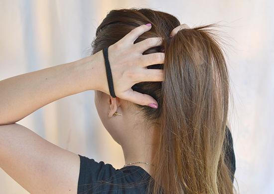 Tahukah kalian kalau mengikat atau menjepit rambut terlalu kencang dan  terlalu sering akan berakibat buruk pada kesehatan kalian  6ec8797141