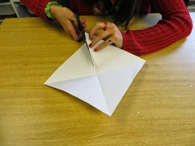 Criança cortando papel