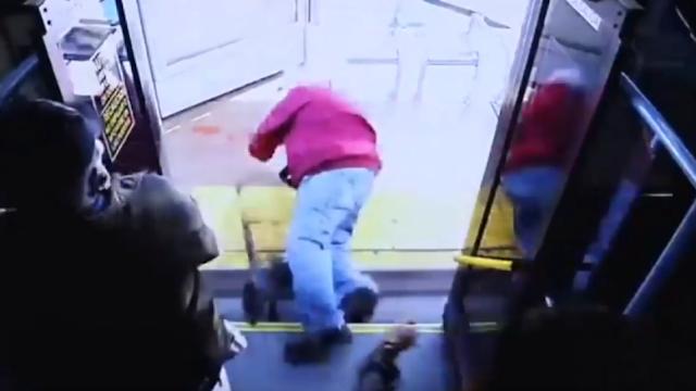 Τρομακτικό βίντεο: Γυναίκα σπρώχνει 74χρονο από λεωφορείο, πέφτει στο πεζοδρόμιο και σκοτώνεται