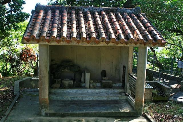 火の神(ウミチムン)とグフンシジが祀られた拝所の写真