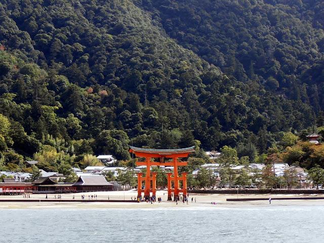 El Torii de Miyajima con la marea baja, visto desde el ferry