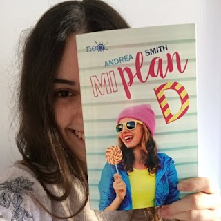 Andrea Smith junto a su libro Mi plan D