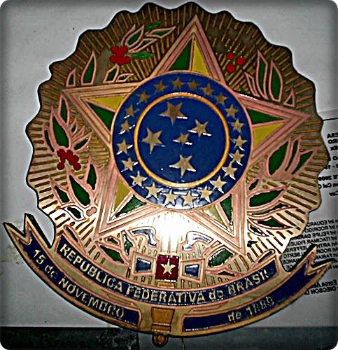 Brasão da República, gravado, recortado, pintado e soldado.