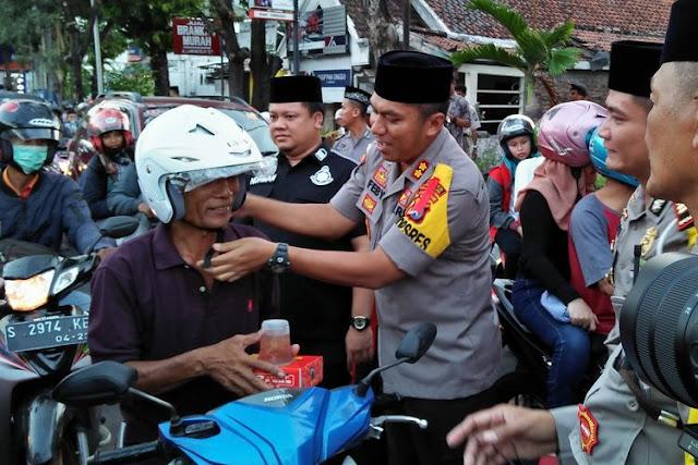 Polisi-Lamongan-Bagi-Bagi-Takjil-dan-Helm-Gratis-kepada-Pengendara-Motor