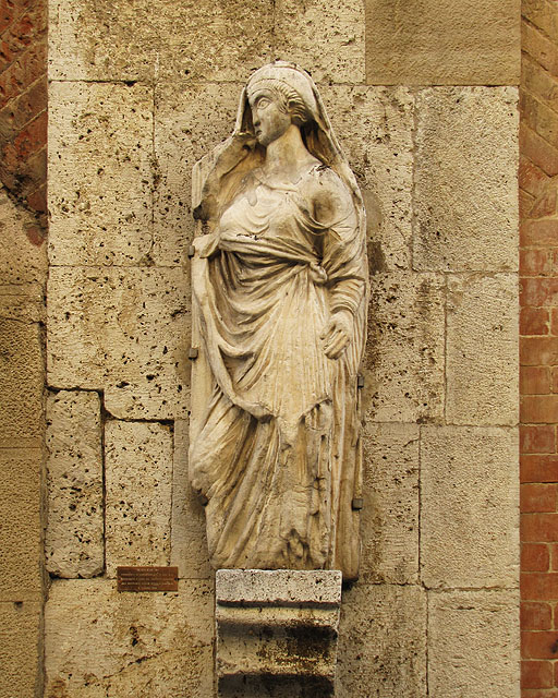 Presumed sculpture of Kinzica de' Sismondi, Casa Tizzoni, Via San Martino, Pisa