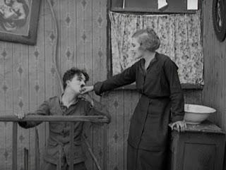 """Кадр из к/ф Чарли Чаплина """"На плечо"""" / Shoulder Arms (1918) - 16"""