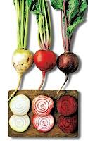 Doğrama tahtası üzerinde şeker pancarı, beyaz ve kırmızı pancarlar yan yana