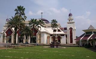 http://www.teluklove.com/2017/05/pesona-keindahan-wisata-masjid-at-tin.html