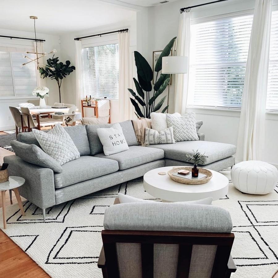 Proste i przytulne wnętrze w bieli, wystrój wnętrz, wnętrza, urządzanie domu, dekoracje wnętrz, aranżacja wnętrz, inspiracje wnętrz,interior design , dom i wnętrze, aranżacja mieszkania, modne wnętrza, białe wnętrza, wnętrza w bieli, styl skandynawski, minimalizm, naturalne dodatki, jasne wnętrza, salon, szary narożnik, sofa
