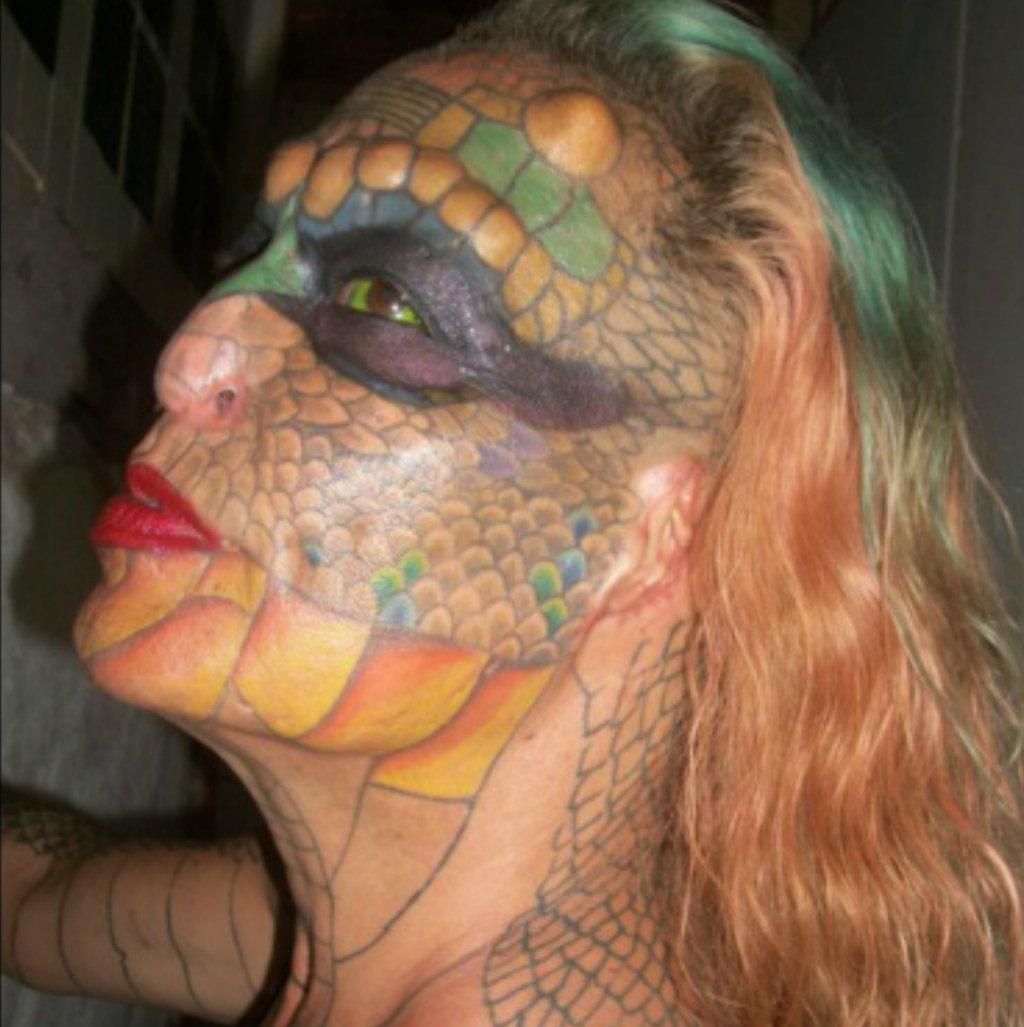 1fdf59570d Mentes Imundas e Belas  Mulher transgênero remove orelhas e nariz para se  converter em Mulher Dragão