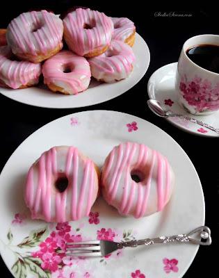 Puszyste, Delikatne Donaty z Lukrem (Różowe Oponki w Paseczki) - Przepis - Słodka Strona
