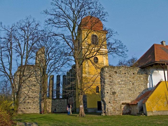 Idealnych miejsc na poprawę samopoczucia jesienią i zimą jest w Czechach wiele. Odwiedźcie na przykład klasztor Rosa Coeli, sanktuarium Święty Hostýn, ruiny zamku Anielska Góra (czes. Andělská Hora) czy niedokończoną budowlę gotyckiego kościoła w Panenskim Týncu