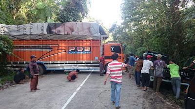 Truk Fuso Melintang Di Jalan  Lintas Barat TNBBS Sebabkan Antrian Panjang