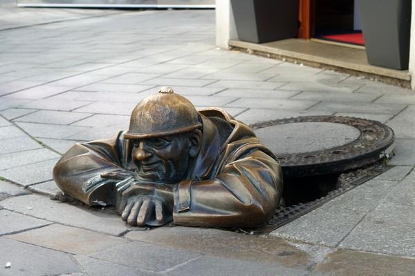 bratislava vieille ville centre statue bronze Čumil