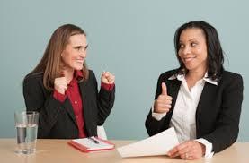 mulheres entrevista de emprego positiva