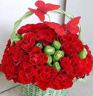 canasta con rosas rojas