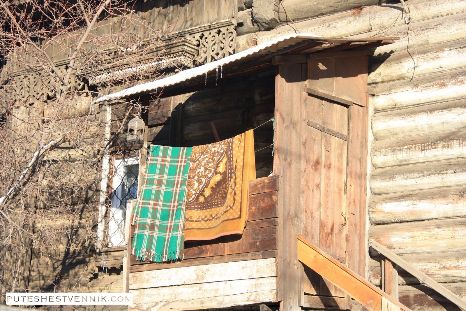 Крыльцо деревянного дома в Иркутске