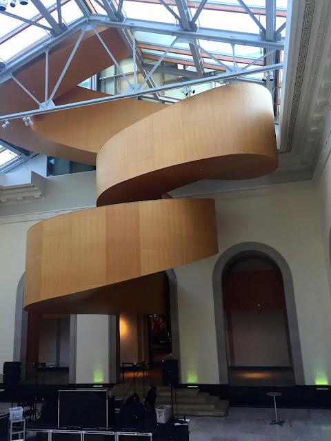 Die schönste Holztreppe der Welt von Frank Gehry © diekremserin on the go