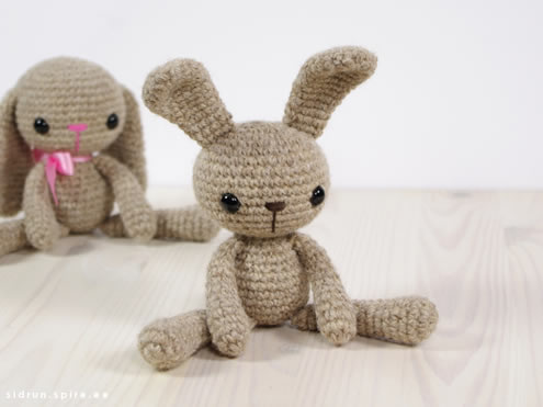 Crochet bunny free pattern (photo and pattern by Engsidrun) | Happy in Red