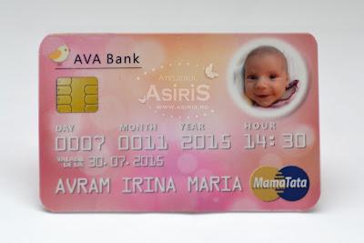 Invitatii botez haioase fetita sub forma de card bancar roz cu poza bebe