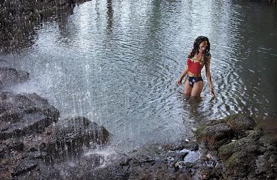 mujer maravilla  bajo la lluvia