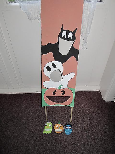 Halloween spelletje bonen gooien kartonnen bord en bonenzakjes