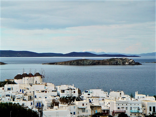 wiatraki Mykonos na tle srebrzystego morza, białe greckie domki, wyspy i wysepki na Morzy Egejskim Grecja
